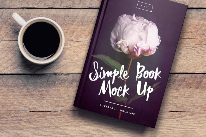 موکاپ کتاب روی میز در کنار فنجان قهوه
