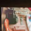 موکاپ کتاب روی میز در کنار تبلت 1