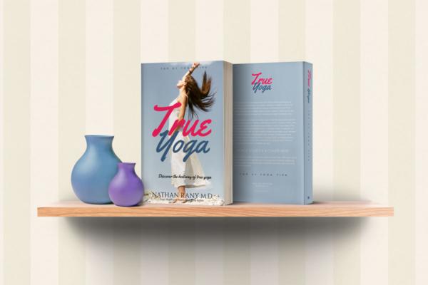 موکاپ کتاب روی یک طبقه چوبی