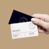 موکاپ کارت ویزیت نگه داشته شده در دست یک زن 1