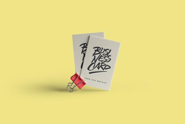 موکاپ کارت ویزیت در گیره کاغذ
