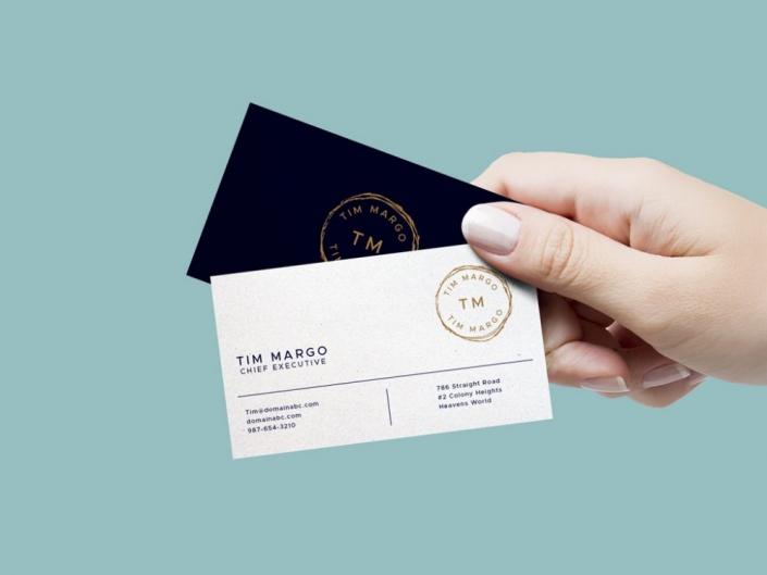 موکاپ کارت ویزیت نگه داشته شده در دست یک زن