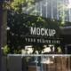 دانلود موکاپ تابلو مغازه پشت شیشه با انعکاس نور محیط (کیفیت بالا)