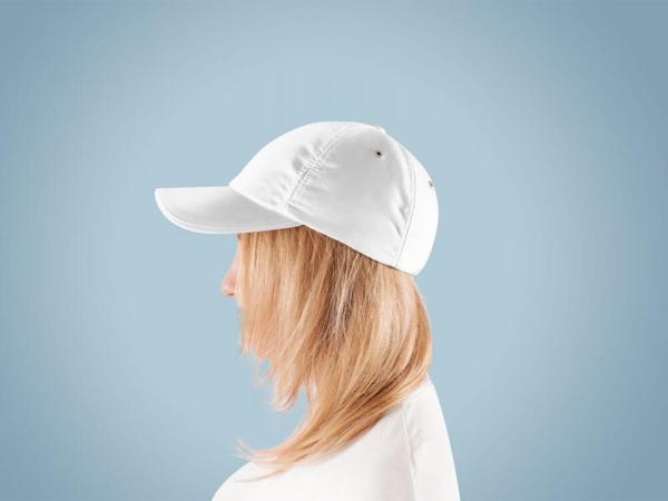موکاپ کلاه کپ بیسبال روی سر زن